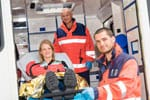 Patient mit Sanitätern im Krankenwagen