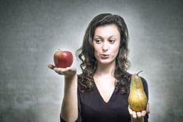 Frau vergleicht Früchte
