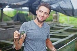 Zoologe mit Frosch in der Hand
